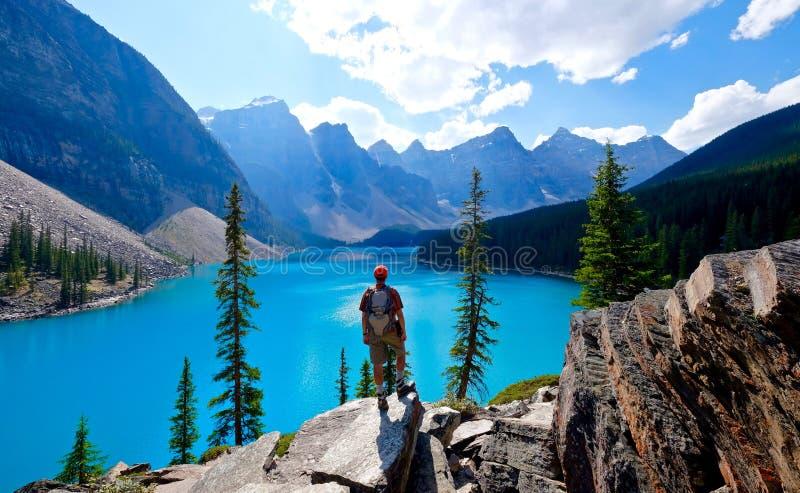 Caminante del hombre en el acantilado sobre el lago moraine foto de archivo libre de regalías