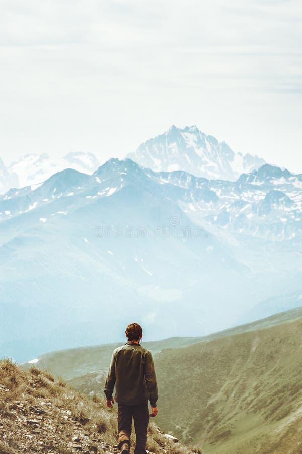 Caminante del hombre solamente en el concepto de la forma de vida del viaje de las montañas foto de archivo