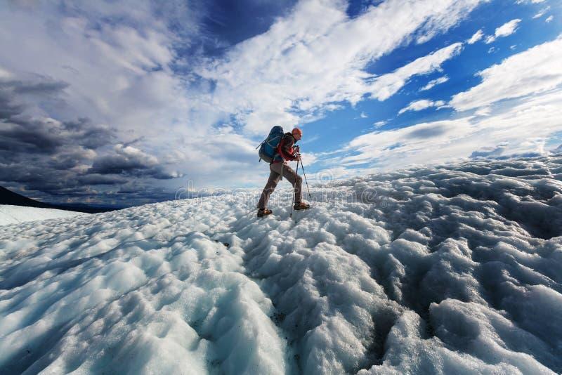 Caminante en el glaciar foto de archivo