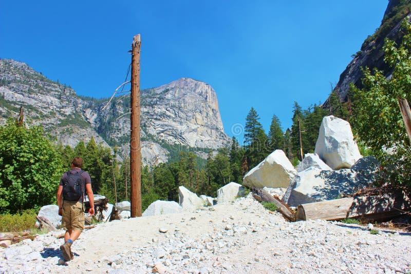 Caminante en el parque nacional de Yosemite imagen de archivo libre de regalías