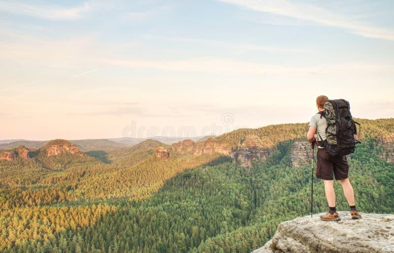 Caminante en el top de la montaña Deporte y vida activa imágenes de archivo libres de regalías