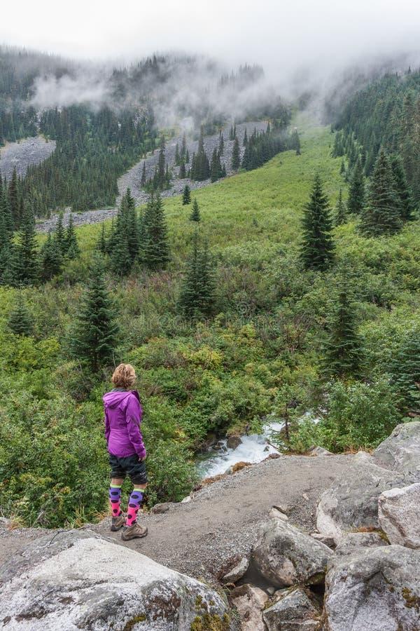 Caminante en Joffre Lakes Trail imagen de archivo libre de regalías