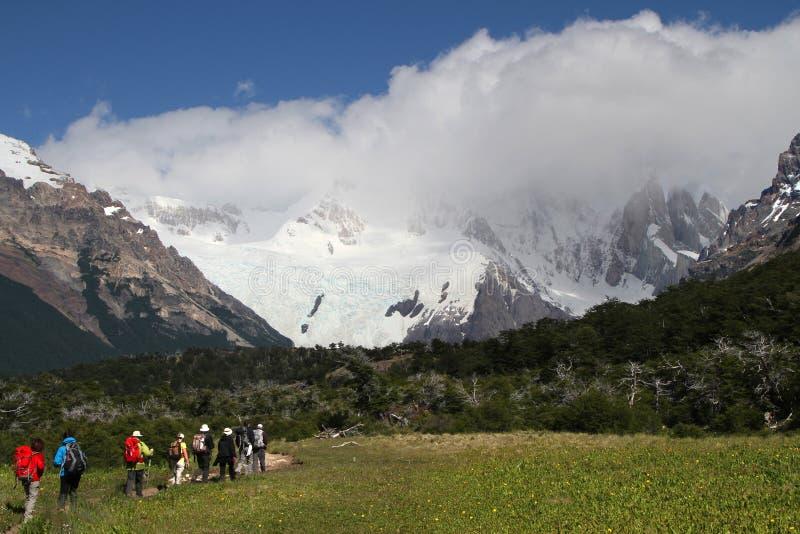 Caminante en las trayectorias a Cerro Torre fotografía de archivo