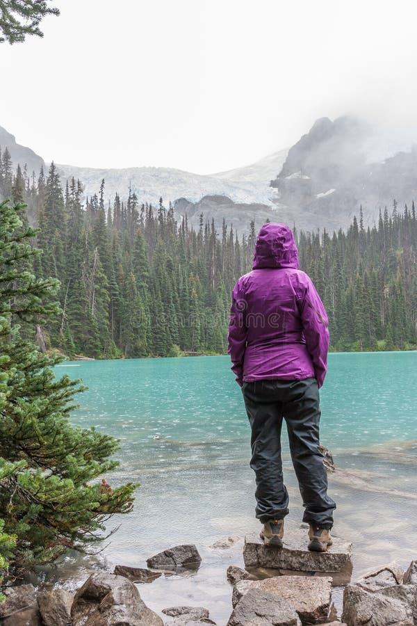 Caminante en lluvia en Joffre Lake medio imágenes de archivo libres de regalías