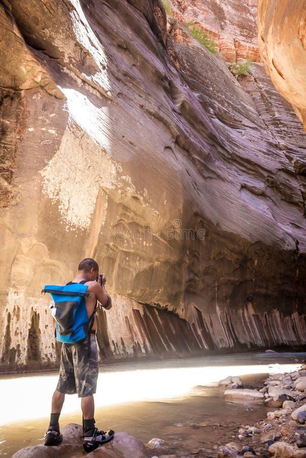 Caminante en los estrechos en Zion National Park imagen de archivo