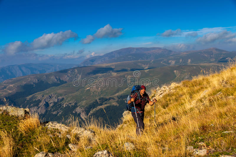 Caminante en montañas imagenes de archivo