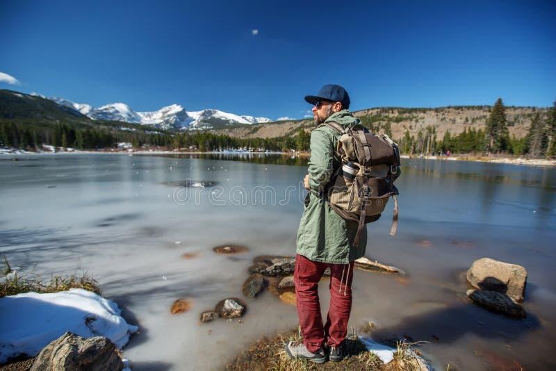 Caminante en parque nacional de las monta?as rocosas en los E.E.U.U. fotos de archivo