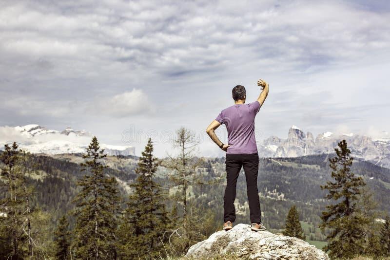Caminante en un pasto del top de la montaña que busca la manera correcta fotos de archivo