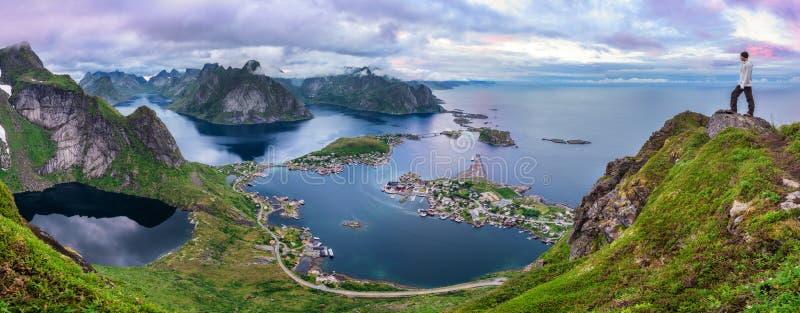 Caminante encima del Mt Reinebringen, islas de Lofoten, Noruega imagen de archivo
