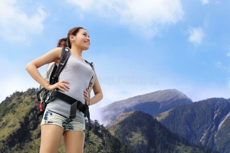 Caminante feliz de la montaña de la mujer foto de archivo