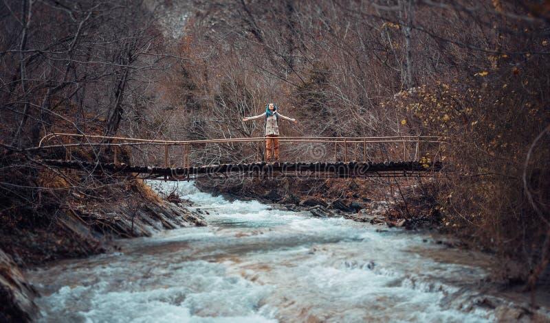 Caminante feliz en el puente imagenes de archivo