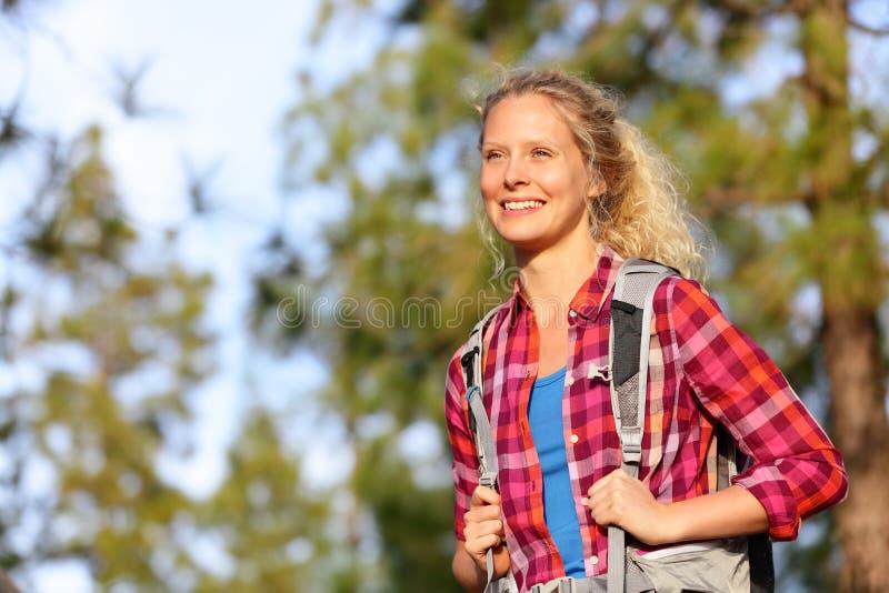 Caminante feliz joven de la mujer que camina en bosque imagen de archivo