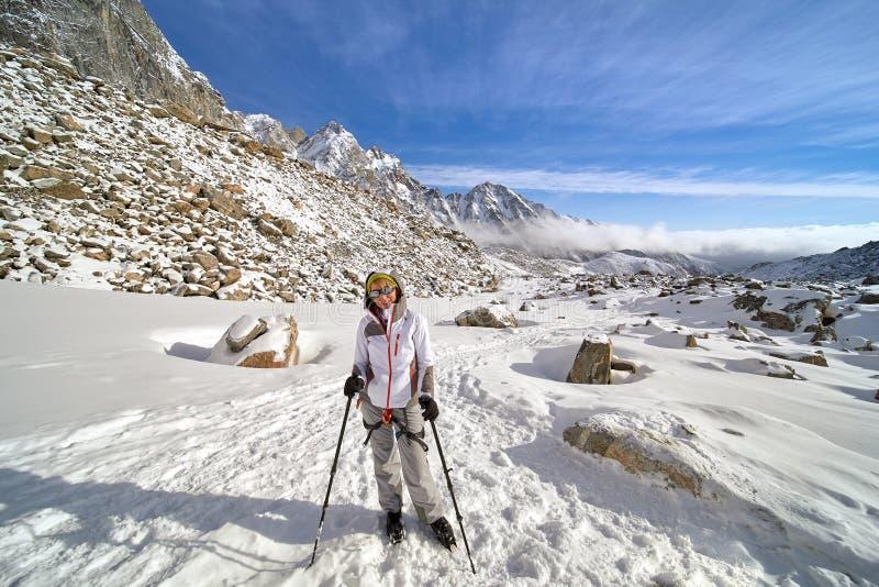 Caminante feliz que camina en las montañas, la libertad y la felicidad, logro en montañas foto de archivo libre de regalías