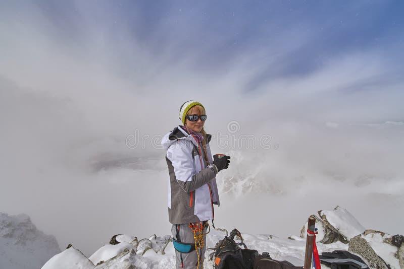 Caminante feliz que camina en las montañas, la libertad y la felicidad, logro en montañas fotografía de archivo libre de regalías