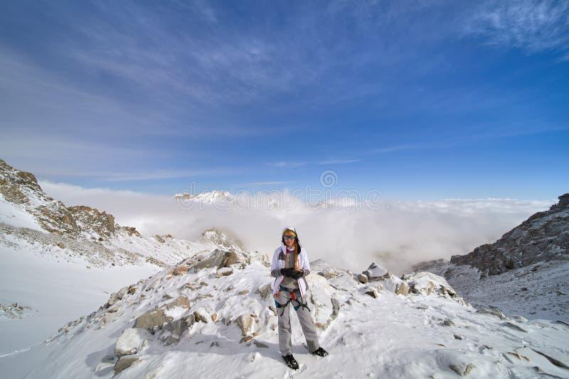 Caminante feliz que camina en las montañas, la libertad y la felicidad, logro en montañas imágenes de archivo libres de regalías