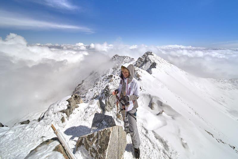 Caminante feliz que camina en las montañas, la libertad y la felicidad, logro en montañas imagenes de archivo