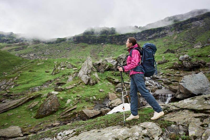 Caminante femenino en las montañas de Rumania foto de archivo