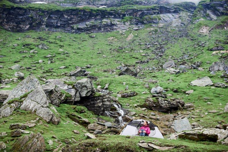 Caminante femenino en las montañas de Rumania imágenes de archivo libres de regalías