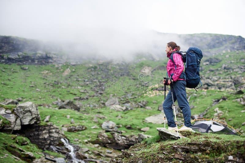 Caminante femenino en las montañas de Rumania imagenes de archivo