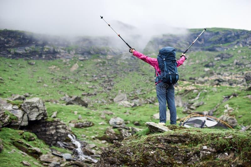 Caminante femenino en las montañas de Rumania foto de archivo libre de regalías