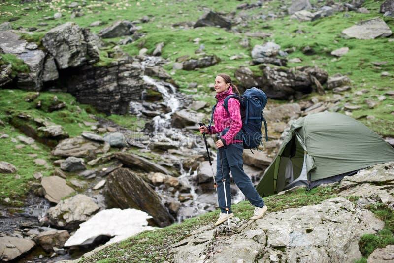 Caminante femenino en las montañas de Rumania fotos de archivo libres de regalías