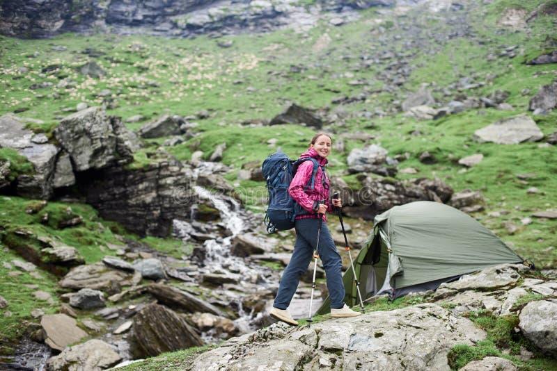 Caminante femenino en las montañas de Rumania imagen de archivo libre de regalías