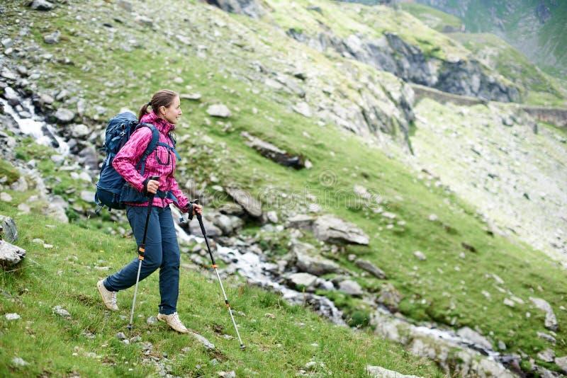 Caminante femenino en las montañas de Rumania fotografía de archivo libre de regalías