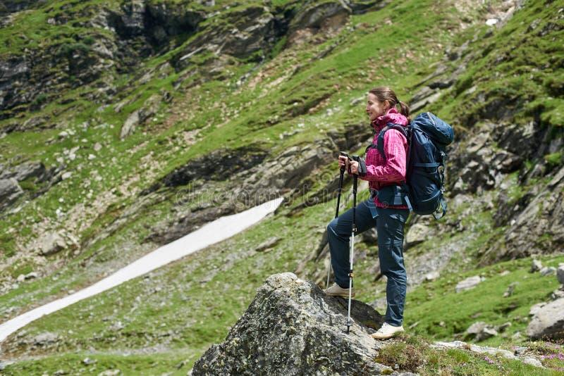 Caminante femenino en las montañas de Rumania fotos de archivo
