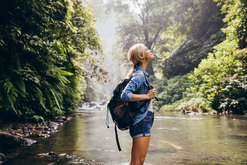 Caminante femenino relajado que hace una pausa la corriente fotos de archivo libres de regalías
