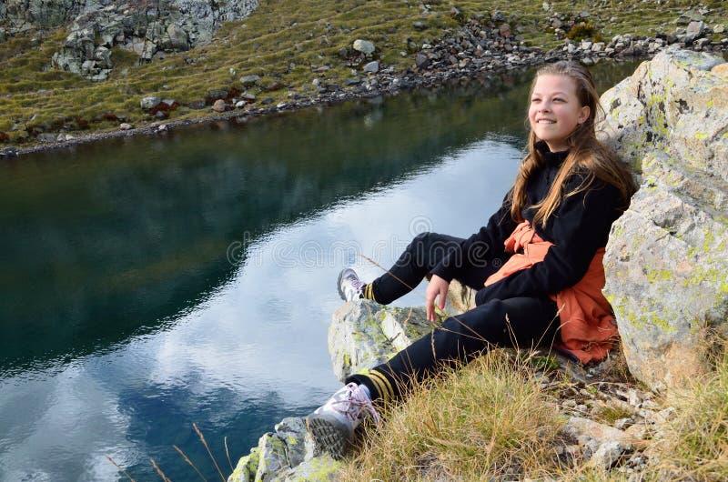 Caminante joven en el lago alpino foto de archivo