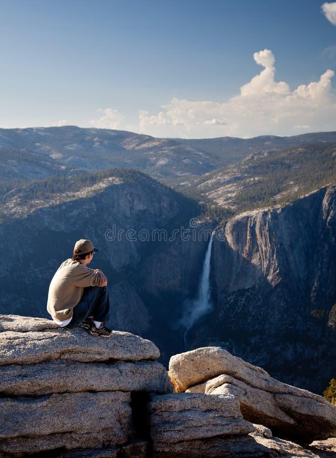Caminante joven que pasa por alto Yosemite Falls fotos de archivo