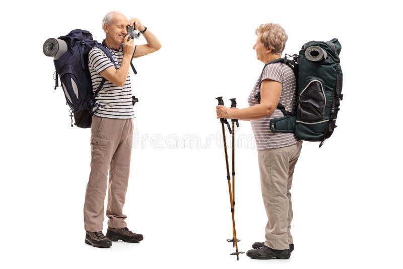 Caminante masculino que toma una imagen de un caminante femenino imagen de archivo libre de regalías