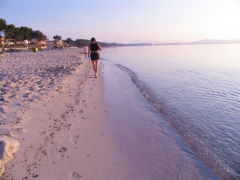 Caminante nórdico en la playa