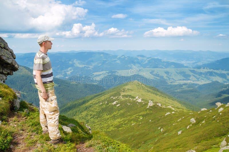 Caminante que disfruta de la vista de montañas fotografía de archivo libre de regalías