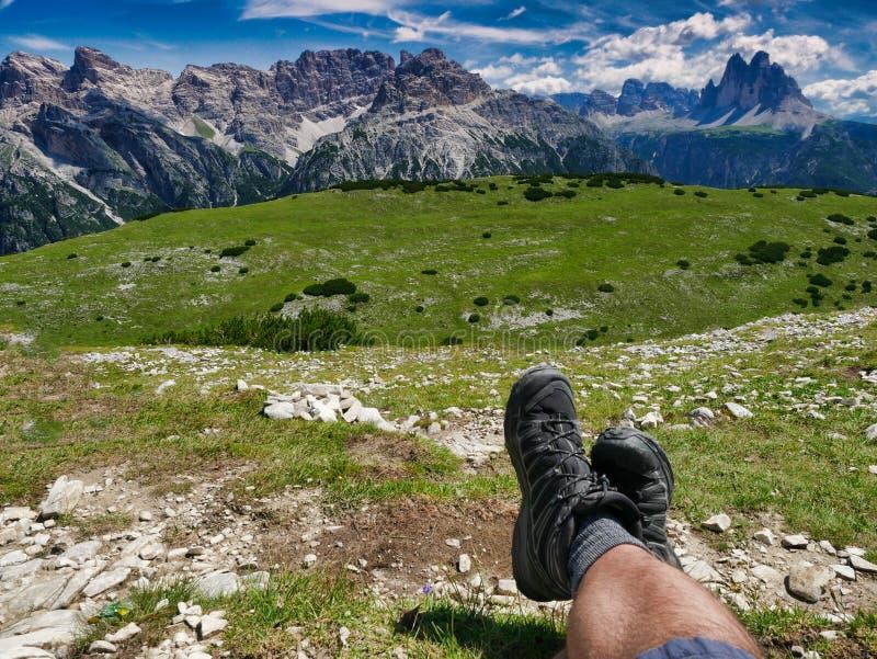 Caminante que disfruta de resto y que sorprende la vista panorámica de dolomías tres picos de lavaredo Italia foto de archivo