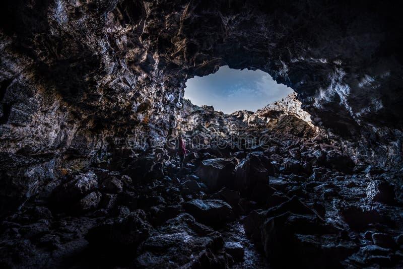 Caminante que explora la cueva india del túnel imágenes de archivo libres de regalías
