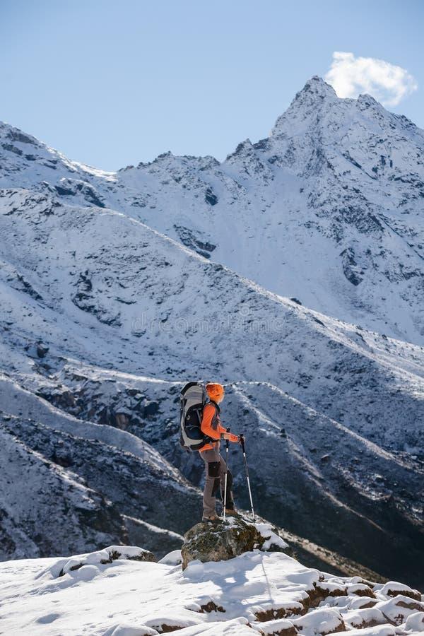 Caminante que presenta en Himalaya fotos de archivo