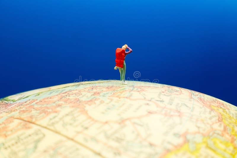 Caminante que se coloca en el globo foto de archivo