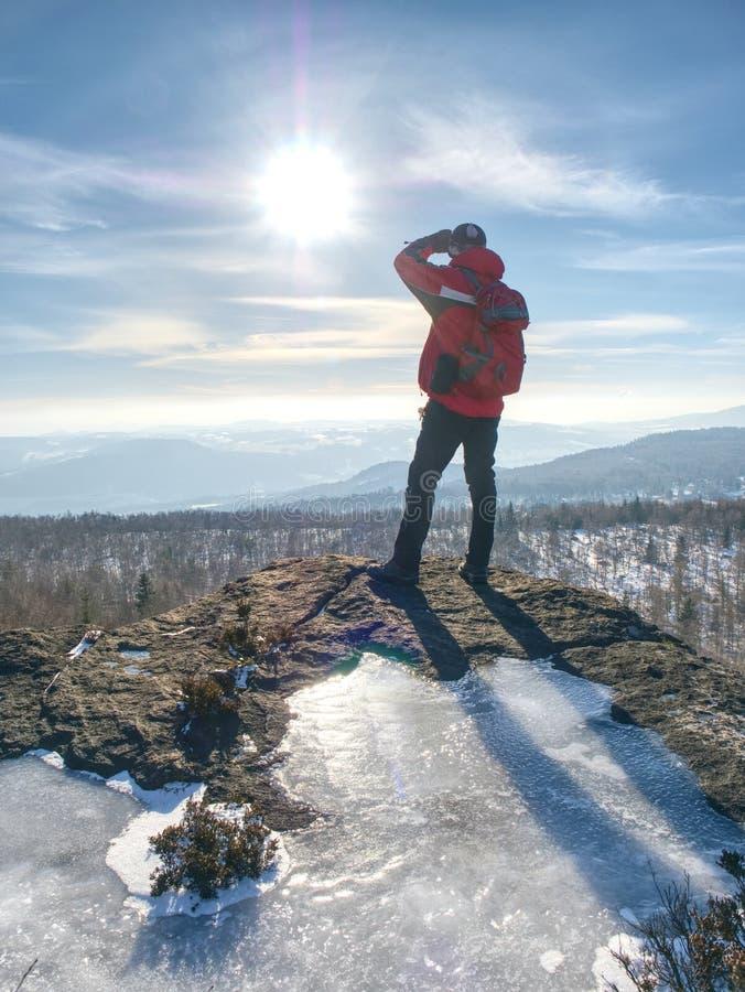 Caminante que se relaja encima de la colina y que disfruta de la visión fotos de archivo libres de regalías