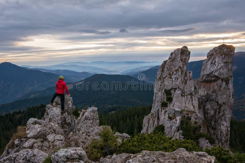 caminante que sube rocas de la alta montaña fotos de archivo