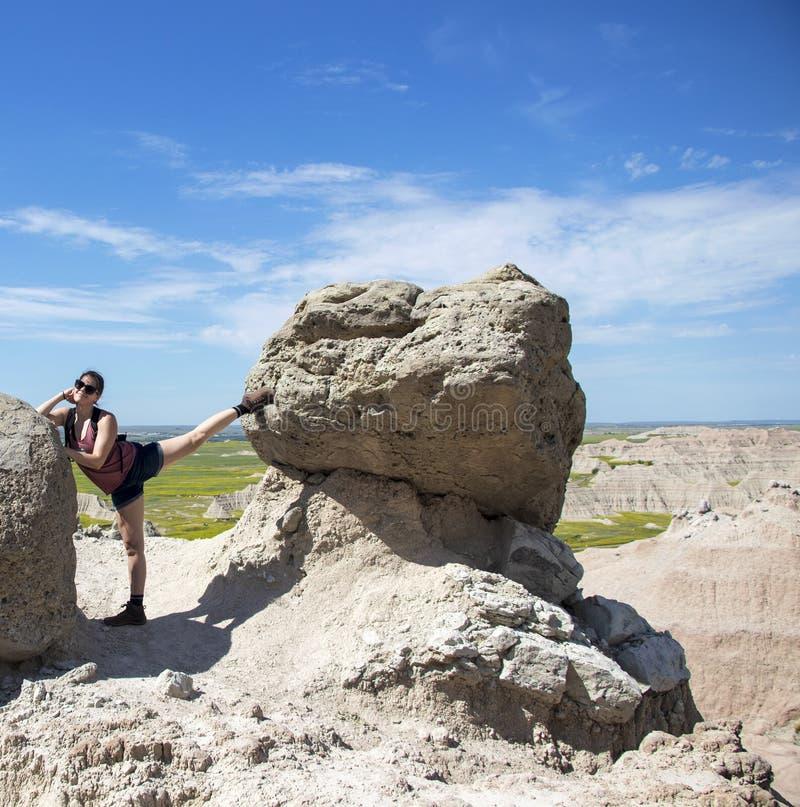 Caminante que toma un resto para estirar entre las rocas imagen de archivo