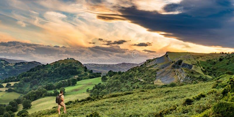 Caminante y puesta del sol sobre el panorama de Llangollen fotos de archivo