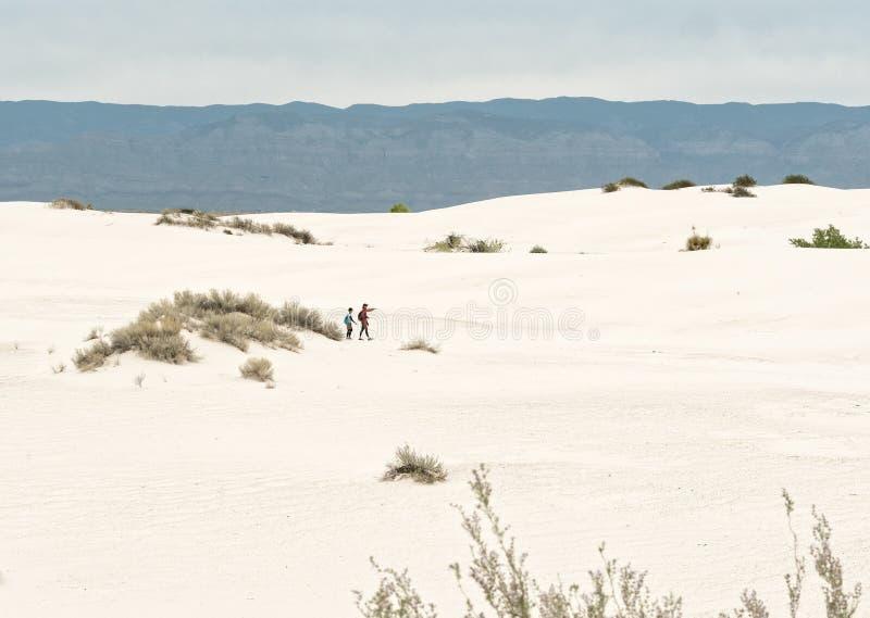 Caminantes, arenas blancas fotos de archivo