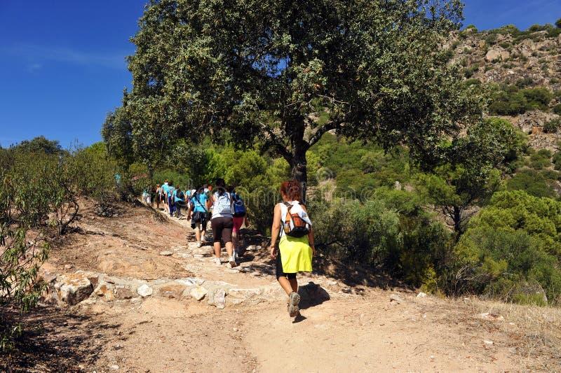 Caminantes de las mujeres en el parque natural de Sierra de Andujar, provincia de Jaén, España imagen de archivo