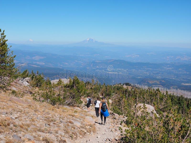 Caminantes en el rastro del Timberline en la capilla del soporte, Oregon fotos de archivo