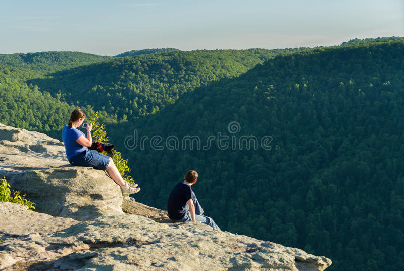 Caminantes en Raven Rock en el bosque WV del estado de la roca de los toneleros imagen de archivo