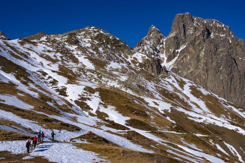 Caminantes que caminan al Midi d 'Ossau en el parque nacional fotografía de archivo libre de regalías