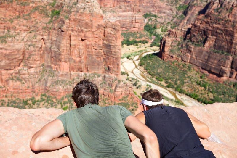 Caminantes que miran abajo de Zion Canyon National Park Utah imágenes de archivo libres de regalías