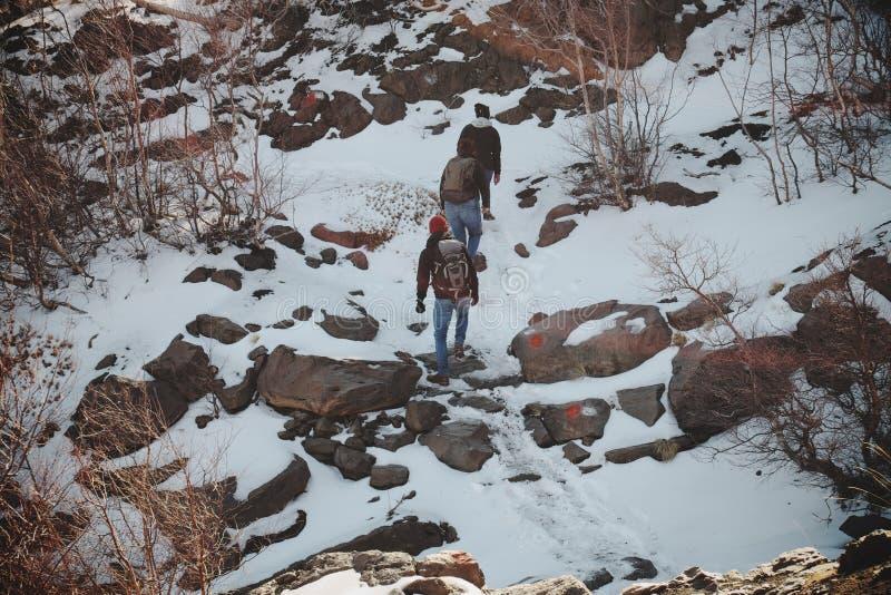 Caminantes que suben en invierno imagen de archivo libre de regalías