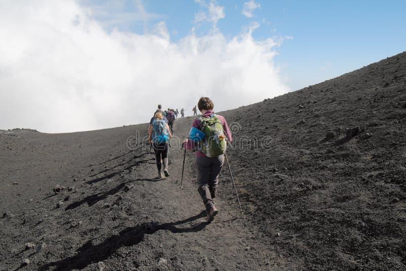Caminantes que van abajo de la cumbre Etna Summit, Sicilia fotografía de archivo